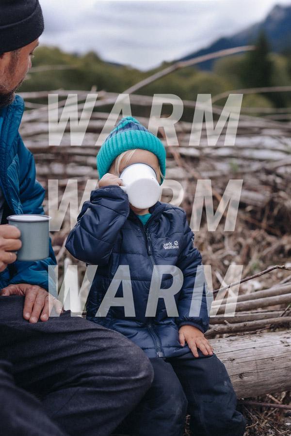 Kind drinkt warme drank